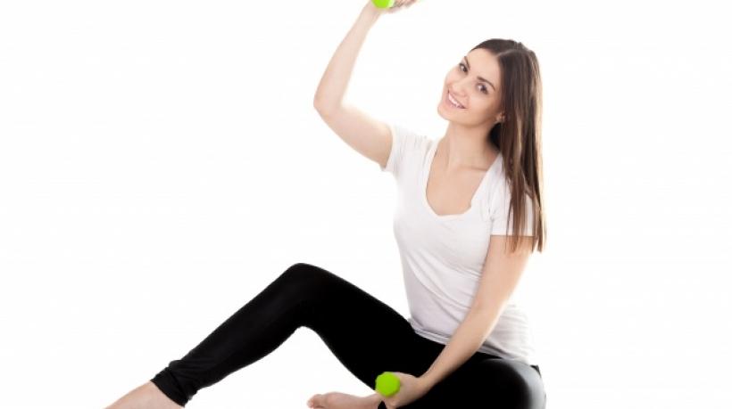 mujer-joven-ejercitandose-dos-pesas_1163-190
